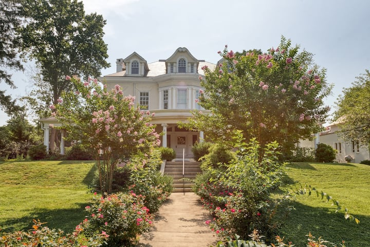 Spacious 4 bed apt in Historic Roland Park Mansion