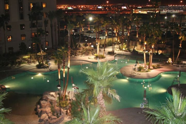 *Large Resort Suite on LV Blvd*Pool/Spa/gym/BBQ*