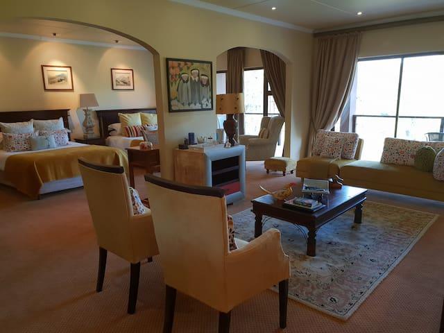 Shangri-La Manor Deluxe Suite 1