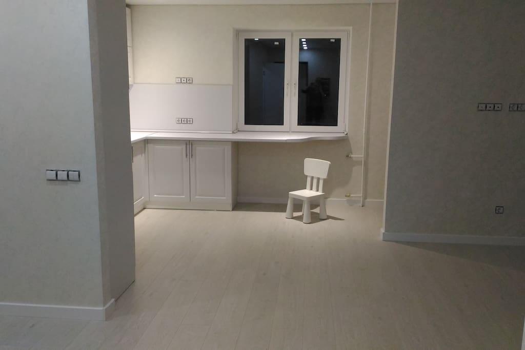 Кухня-гостинная, в конце недели добавятся столкруглый белый, стулья, диван и телевизор.