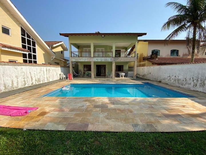 Casa espaçosa com piscina, condomínio em Bertioga.
