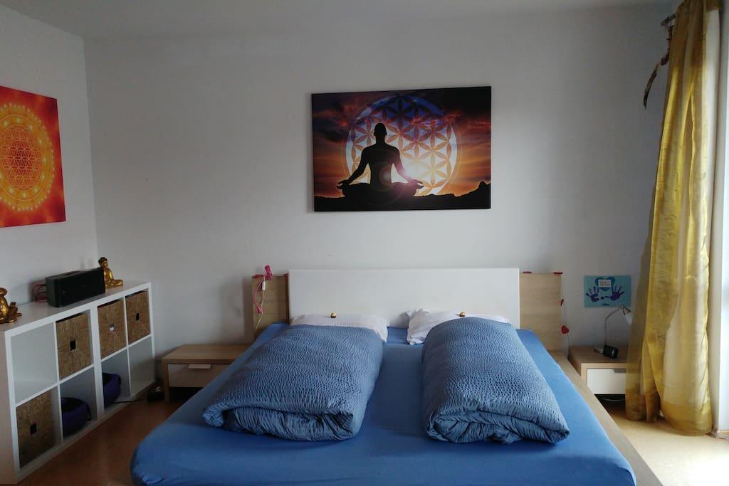Schlafzimmer mit Doppelbett, Südbalkon und Meditationsplatz