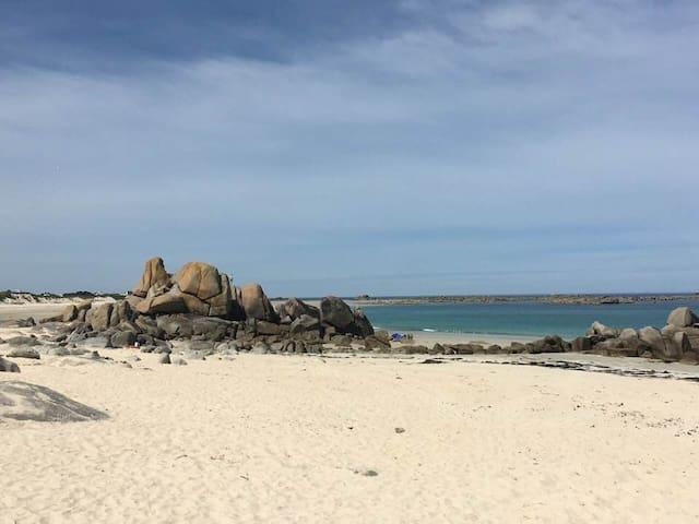 Maison bord de mer, les pieds dans le sable.