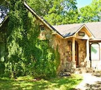Fairytale Cottage with Hot Tub - Brenham