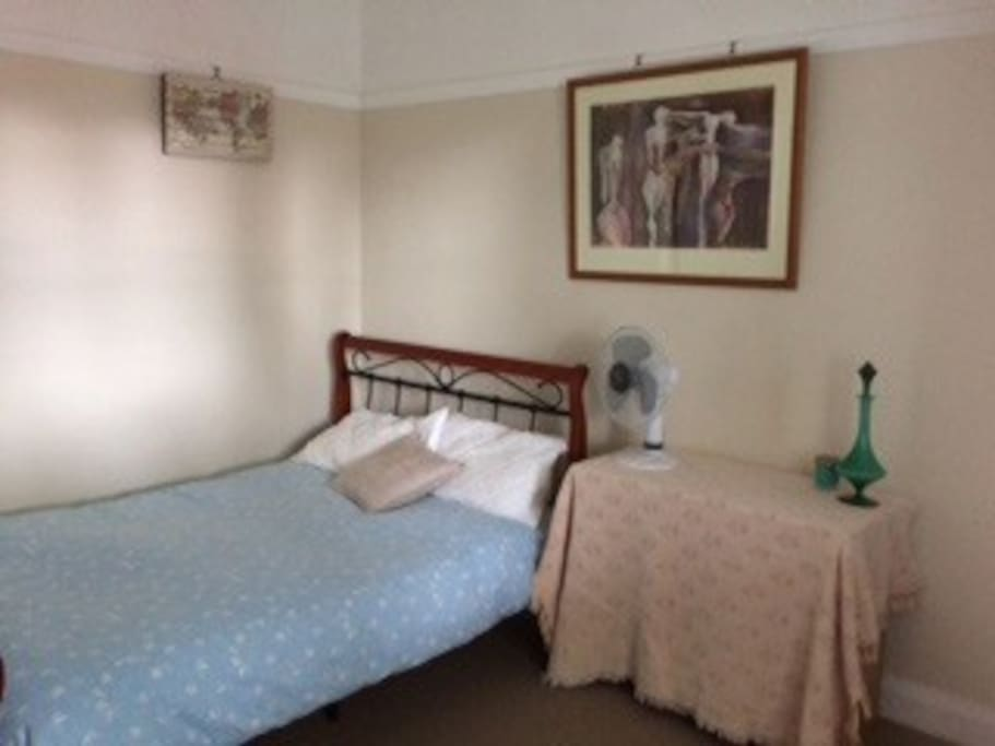 Cosy, private, Sydney short train trip away. Lovely room with plenty of natural light. Double bed, good sized wardrobe, fan, desk.