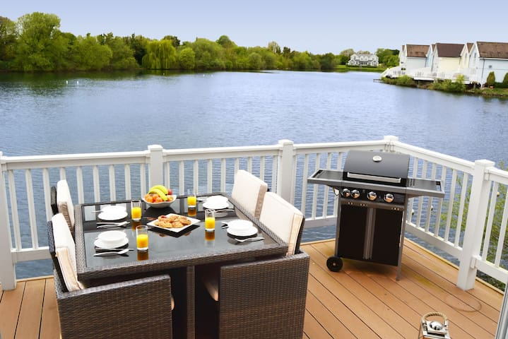 Pet-friendly lakeside house on Spring Lake in the Cotswold Water Park