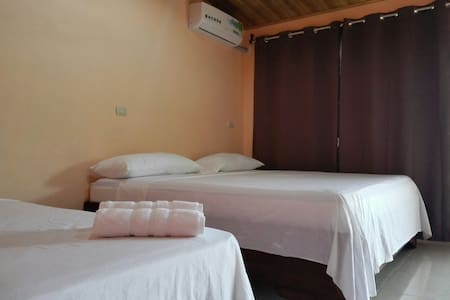 Amapolas Room #3. A/C, Wifi, King bed, TV, Parking - La Fortuna