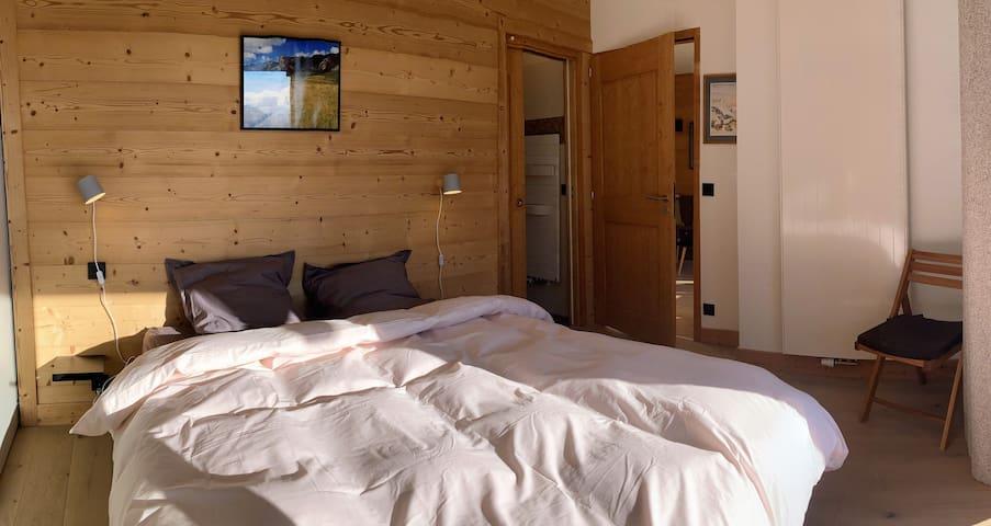 Chambre 1, avec un grand lit double et une salle de douche