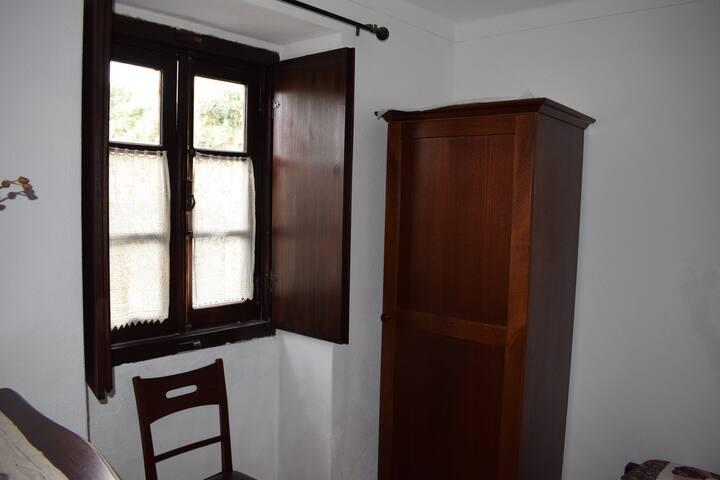 Janela  do quarto no rés-do-chão/ Window from ground floor bedroom