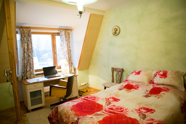 Friendly hosts and home near nature, zoo and sea. - Tallinn - Huis