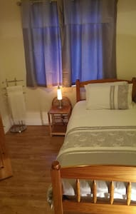Single room Dublin City Center with free parking.