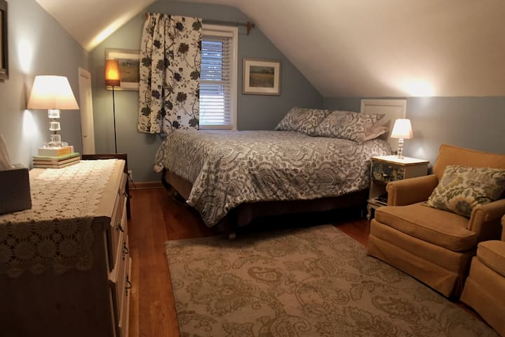 Good Karma Cottage--QUEEN Bed