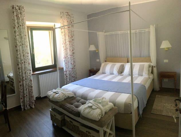 La camera col letto a baldacchino