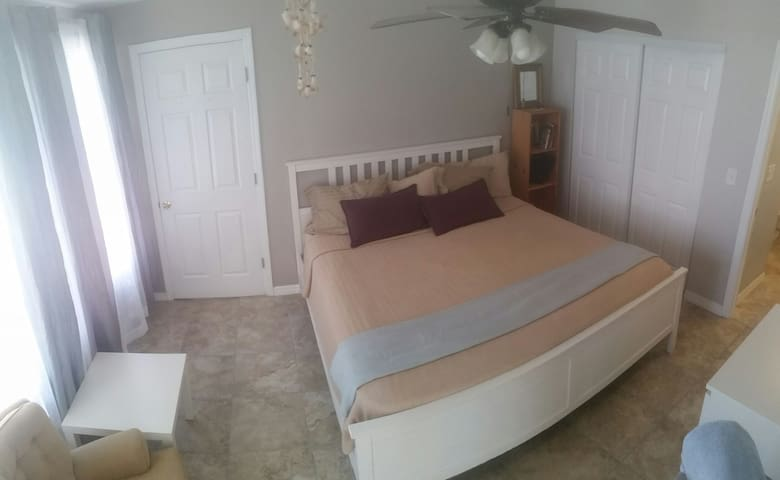 getaway right off the main blvd across from beach - Redington Beach - Huis