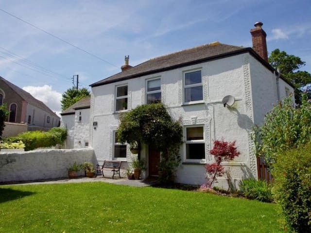 ANGARRACK FARMHOUSE, family friendly in Hayle, Ref 959359