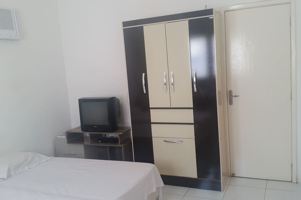 TV a cabo, guarda-roupa e rack.  *** Cable TV, wardrobe and TV stand.