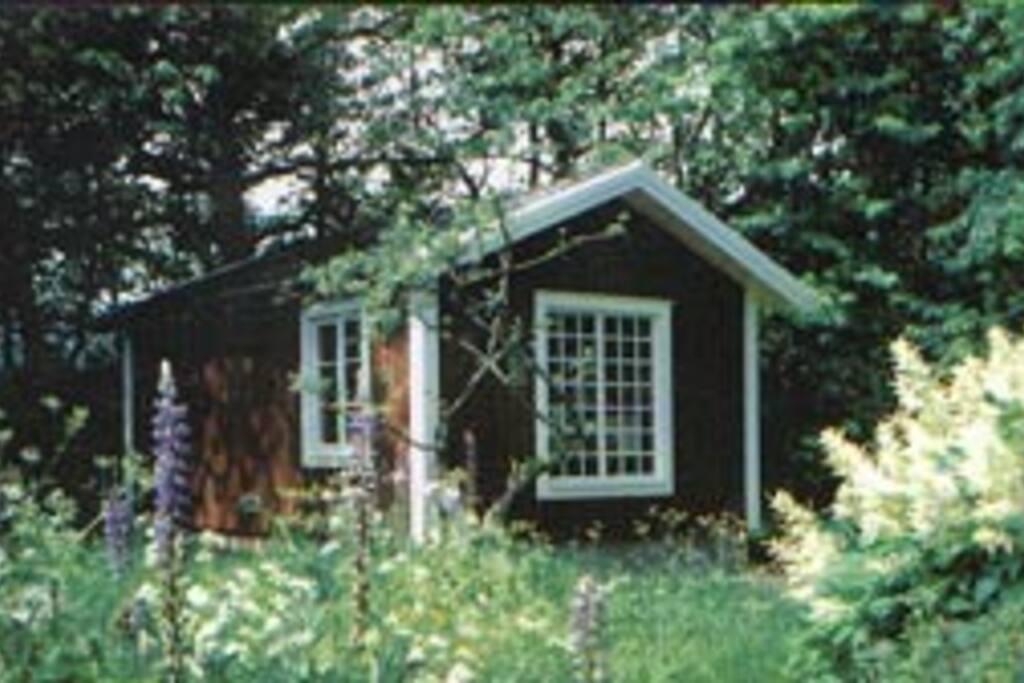 Liten stuga i trädgården, 6 bäddar, frukostkök med kylskåp. Toalett och dusch i stora huset. Se annan annons :-)