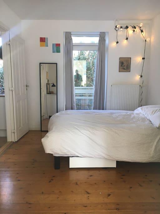Soveværelse med udgang til lille gård