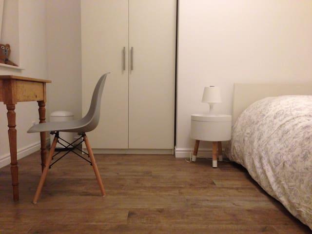 Neu! Hübsches Zimmer & Bad - FFM / Gießen 20 min.