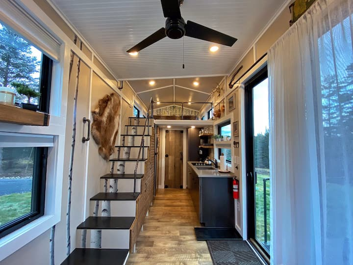 Stylish TINY HOUSE- conveniently located.