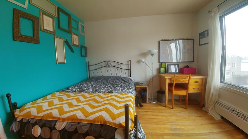 Amazing bed in a cosy appartment. 10 Mins from Mtl - Longueuil - Appartement