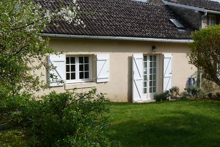 Cottage in centre of a peaceful Bourgogne village. - Beurizot - Ház