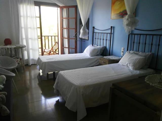 Dormitorio 1, con vistas a la piscina.