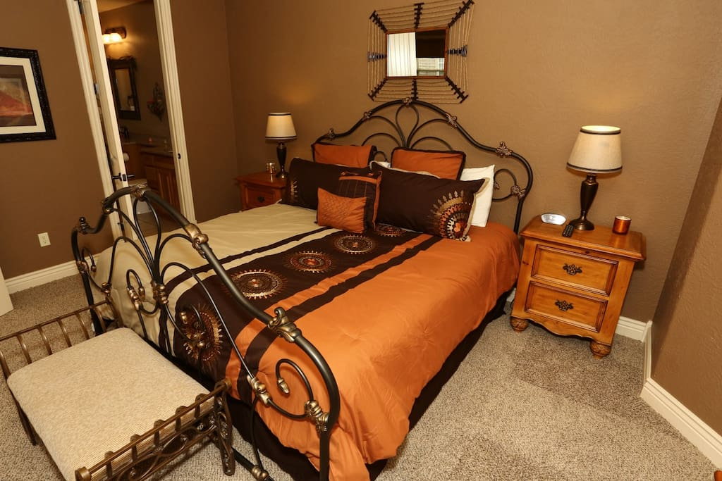 Guest Bedroom: Queen Bed