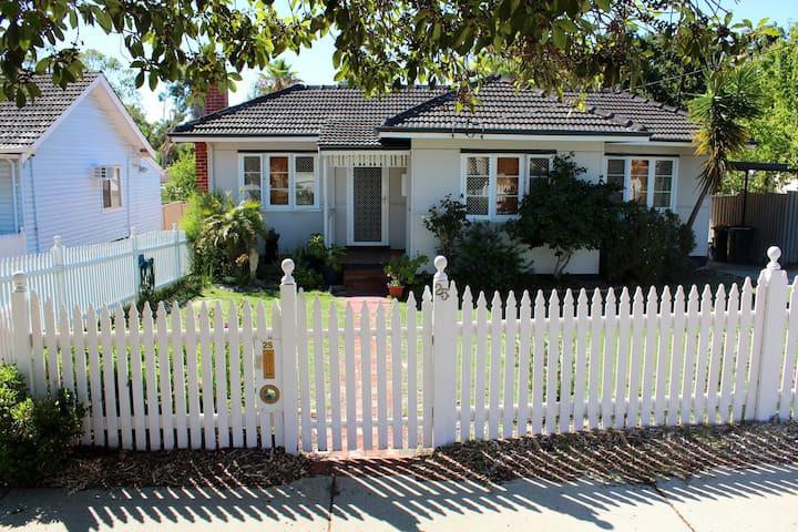 3 BRM Cottage Sleeps 6 near Airport City Cafes Uni - East Victoria Park - Talo