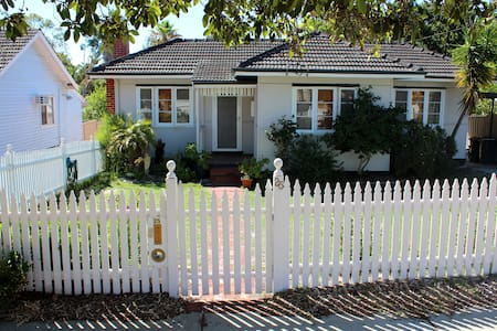 3 BRM Cottage Sleeps 6 near Airport City Cafes Uni - East Victoria Park