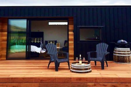 Romantic Vineyard getaway, hot tub & awesome views