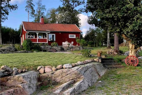 Cosy Summer cottage by the lake and Bathing place in Prässebo