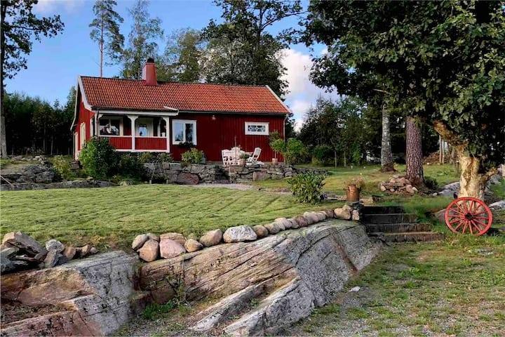 Mysigt Sommartorp vid Sjö och Badplats i Prässebo