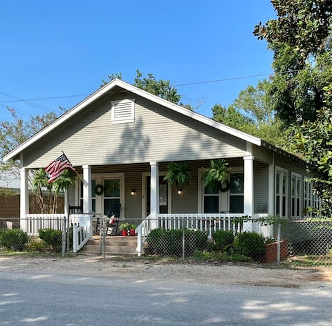 Historical Cottage on the Courthouse Square!