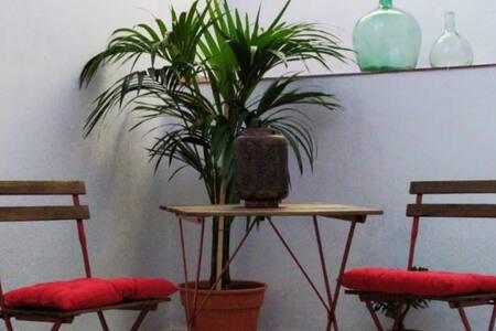 Nuevo apartamento cómodo, jardín y patio privado