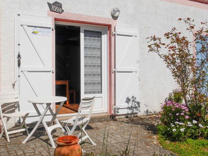 Maison agréable à 800 M de la plage, de 2 chambres avec petit jardin.
