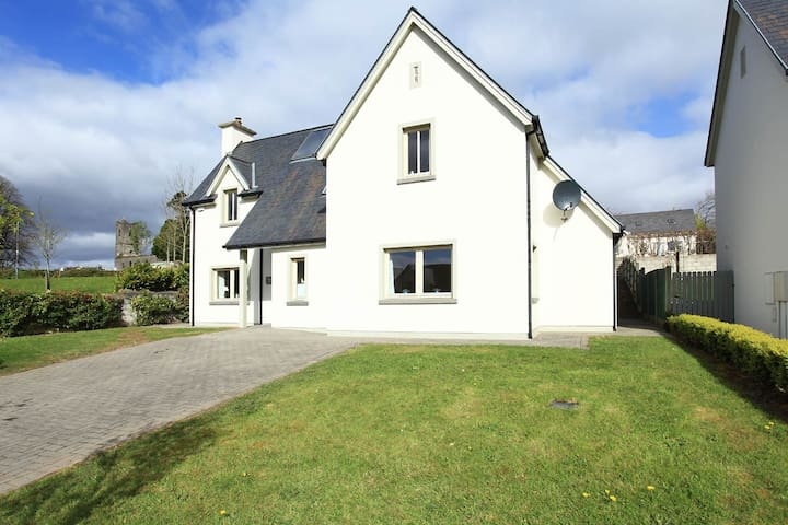 BRAND NEW. Luxury - 4 bedrooms. 10min walk to town - Kenmare - Vacation home