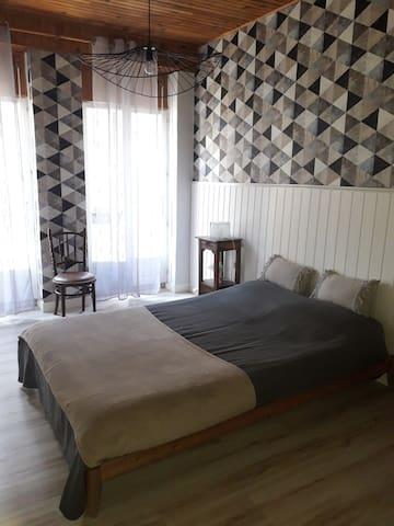 Chambre 1 au premier etage Lit double 140×190 Armoire  Acces balcon