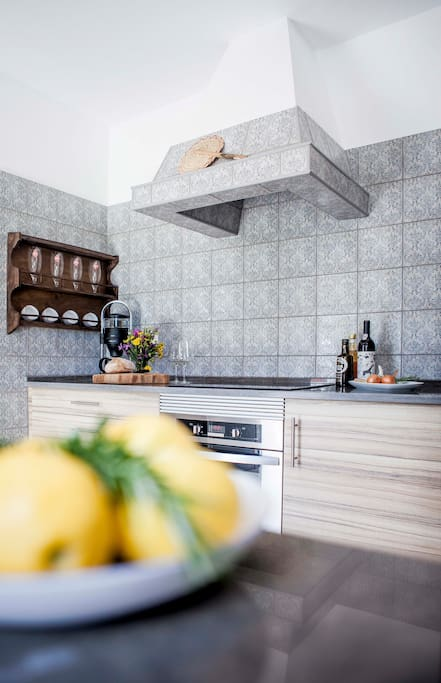 Küche mit Herd/Ofen, Geschirrspüler, Kühlschrank, Kaffeemaschine und Wasserkocher Kitchen with hot plate, oven, dishwasher, refrigerator, coffee machine and electric kettle
