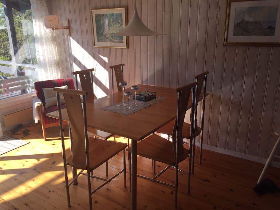 Spiseplass i stue