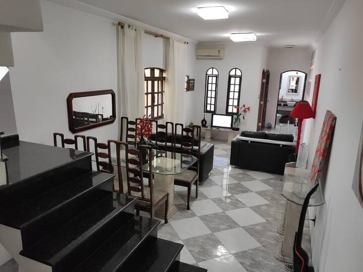 Casa 2 andares, bem localizada, ampla, confortável