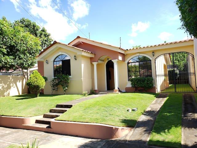 Preciosa Casa en Managua. Muy Acogedora