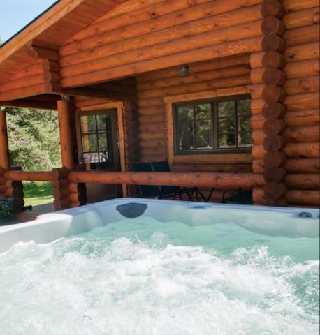 * Deluxe Log Cabin 'The Hideaway + HUGE Hot Tub  *