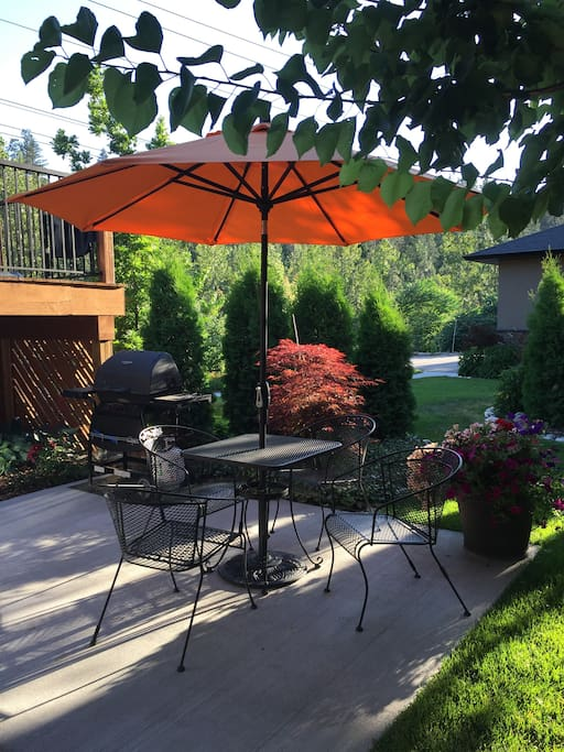 Beautifully landscaped private deck for guest use