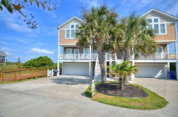 Pelican's Perch-Spectacular Views from Immaculate 6 Bdrm/3.5 Bath Town Home with garage-