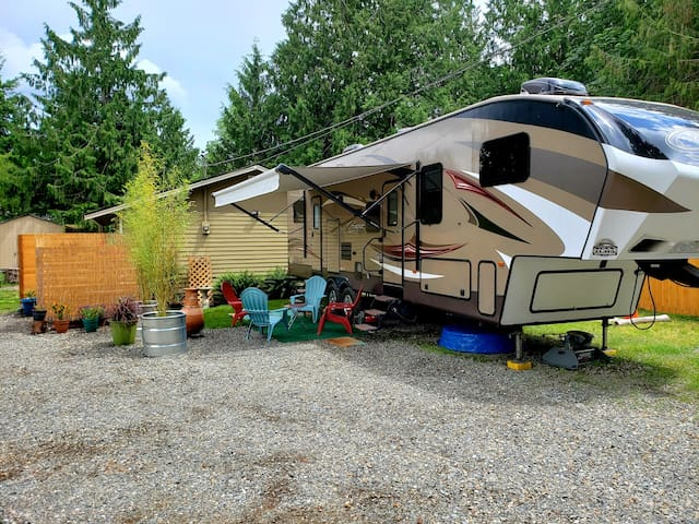 Cozy Modern RV+HOT TUB  near Lake Tapps/Mt Rainier
