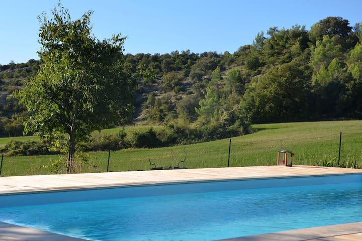 Bergerie rénovée + piscine + 1800m2 terrain