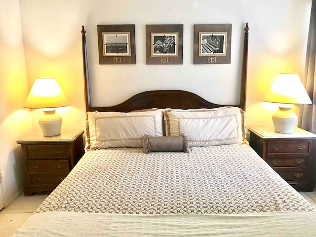Cozy West Side Apt/Great Location/ king bed