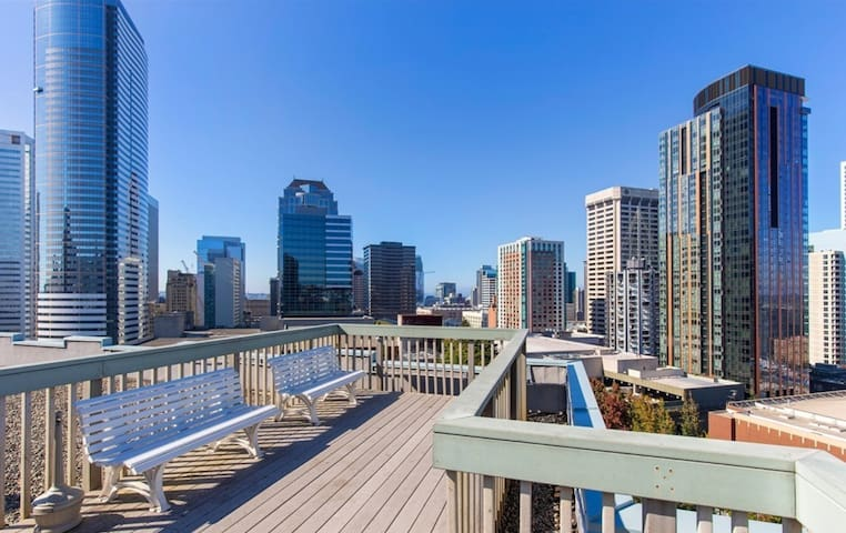 Convention Center condo w/ City Rooftop Views!