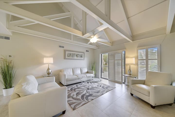 This charming 2 bedroom, 1 bath condo is located in Palmetto Dunes Resort.